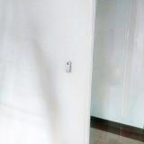 botonera-de-salida-al-lado-de-mampara-y-puerta-de-vidrio