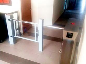 Sistema de control de acceso: Torniquete de acceso y puerta minusválido